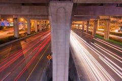 在高速公路的轻的足迹在晚上 免版税库存图片