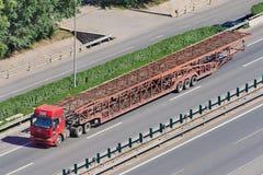 在高速公路的过大的汽车运载船,北京,中国 免版税库存照片