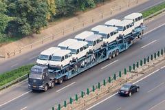 在高速公路的过大的汽车运载船,北京,中国 免版税库存图片