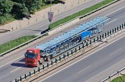在高速公路的过大的汽车运载船,北京,中国 库存图片