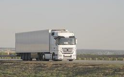 在高速公路的重的拖车 免版税库存图片