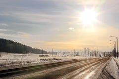 在高速公路的金黄冬天太阳 库存照片