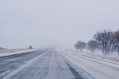 在高速公路的除雪机 免版税库存照片