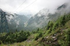 在高速公路的雾对山 transfagarasan的路 罗马尼亚 库存图片