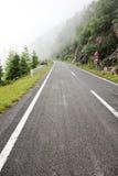 在高速公路的雾对山 transfagarasan的路 罗马尼亚 库存照片