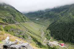 在高速公路的雾对山 transfagarasan的路 罗马尼亚 免版税库存图片