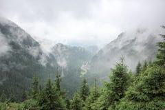 在高速公路的雾对山 transfagarasan的路 罗马尼亚 免版税图库摄影