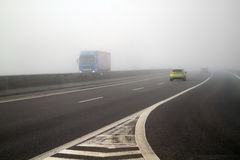 在高速公路的雾 免版税库存图片