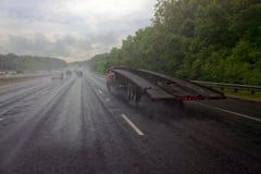 在高速公路的风雨如磐的半卡车 库存图片