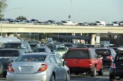 在高速公路的高峰时间交通大堵塞的交通 免版税图库摄影