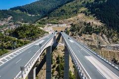 在高速公路的鸟瞰图在Metsovo Metsovitikos桥梁 伊庇鲁斯同盟, Pindus山在北希腊 库存图片