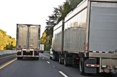 在高速公路的黄昏交通 免版税库存图片