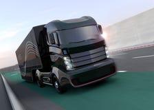 在高速公路的黑杂种卡车 库存照片