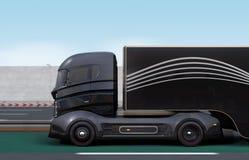 在高速公路的黑杂种卡车 免版税库存图片