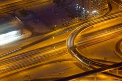 在高速公路的轻的条纹在街市迪拜阿拉伯联合酋长国在晚上 免版税库存照片