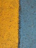 在高速公路的黄色和蓝色条纹 库存图片