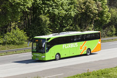 在高速公路的Flixbus 库存照片