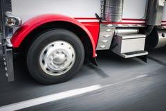 在高速公路细节的18位轮车卡车 图库摄影