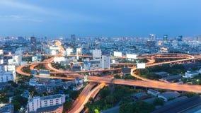 在高速公路连接点的微明在中央商业区 免版税库存图片