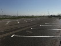 在高速公路附近的空的停车场 免版税库存照片