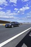 在高速公路,北京,中国的奔驰车S类 库存照片