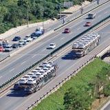 在高速公路,北京,中国的过大的汽车运载船 图库摄影