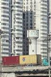 在高速公路,北京,中国的集装箱运输 免版税库存图片
