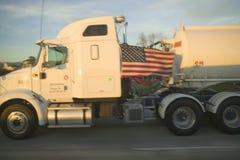 在高速公路101,加利福尼亚的油槽 免版税图库摄影