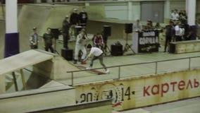 在高速的四轮溜冰者乘驾,做极端轻碰 失去平衡 在skatepark的竞争 股票视频