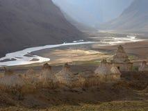 在高银行的白色古老佛教stupa在Zangla河的山谷上,日落在Zanskar,喜马拉雅山,印度 免版税库存图片
