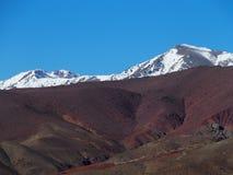 在高阿特拉斯山脉范围的积雪的峰顶在摩洛哥环境美化 免版税图库摄影