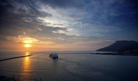 在高雄港(高熊,台湾)的日落 免版税图库摄影