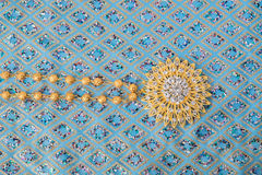 在高雅织品的发光的金首饰 免版税图库摄影