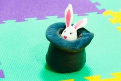 在高顶丝质礼帽的兔宝宝 图库摄影