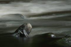 在高水流量期间的河Goyt 采取以一张缓慢的快门速度使水的流程平滑象仓促  新的磨房 免版税库存照片