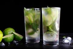 在高玻璃杯的Mojito传统暑假刷新的鸡尾酒酒精饮料 库存图片