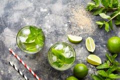 在高玻璃杯,夏天热带假期饮料的Mojito鸡尾酒古巴酒精饮料顶视图拷贝空间用兰姆酒 免版税图库摄影