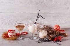 在高玻璃的冬天奶昔用巧克力和椰子 免版税库存照片