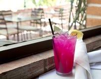 在高玻璃的冰冷的桃红色柠檬水 免版税库存图片