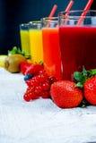 在高玻璃的Colofrul新鲜的被按的果汁用果子 库存照片