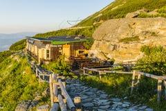 在高Tatras的山小屋在Lomnicki峰顶的脚的斯洛伐克- Schronisko Lomnickie Skalnata chata, Chata pri Skalnat 库存照片