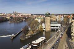 在鬃毛有Hradcany城堡的展览室前面停住的餐馆小船在2017年3月3日的背景中在布拉格,捷克语关于 库存图片