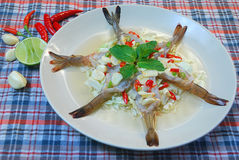 在鱼子酱的虾 免版税库存照片