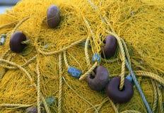 在鱼小船的渔网 净黄色 希腊 库存图片