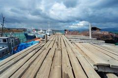在鱼工厂的码头多云天气的贝加尔湖的 库存照片