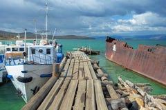 在鱼工厂的码头多云天气的贝加尔湖的 免版税库存图片