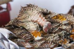在鱼市上的新鲜的龙虾 免版税库存照片