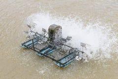 在鱼池的水涡轮 图库摄影