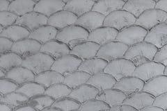 在鱼鳞形状样式纹理的混凝土墙 免版税库存照片