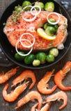 在鲁斯钓鱼三文鱼和虾与绿色、石灰和菜 免版税库存照片